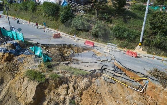 El pavimento quedó fracturado. Ninguna de las viviendas cercanas resultó afectada, según las autoridades. FOTO juan d. úsuga