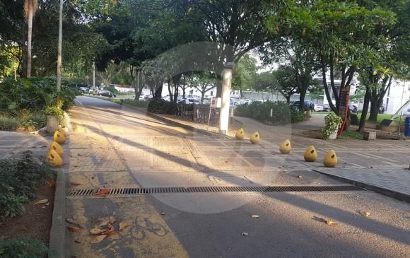 1. En las porterías también se controlará el respeto al peatón por parte de vehículos entrantes o salientes. 2. Los pasos peatonales al interior del campus de UPB, en Laureles, serán el principal objetivo del proyecto. FOTO MANUEL SALDARRIAGA y cortesía upb