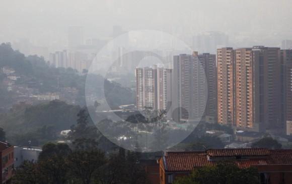 El aire de Medellín vivió 40 días en estado crítico debido a la alta concentración de gases contaminantes en su valle y sus montañas. Solo hubo un día (el 6 de marzo) en el que predominó el rojo en la mayoría de sus estaciones de monitoreo. FOTO Edwin Bustamante