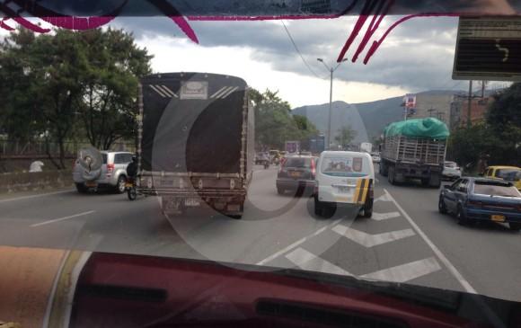 La carroza del camión de don José es de madera y varillas (estacada). El vehículo se llama Karolin, como la hija del primo que se lo vendió hace 12 años. FOTOS miguel Ángel López