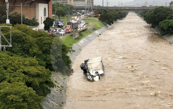 El conductor habría salido ileso del accidente. FOTO CORTESÍA GUARDIANES DE ANTIOQUIA