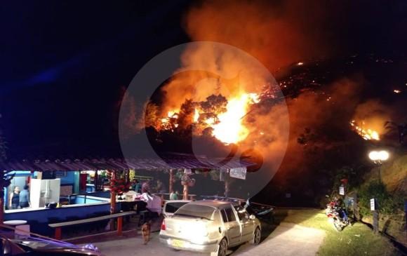 Los bomberos tratan de evitar que el fuego se extienda a otros predios. FOTO CORTESÍA MIORIENTE