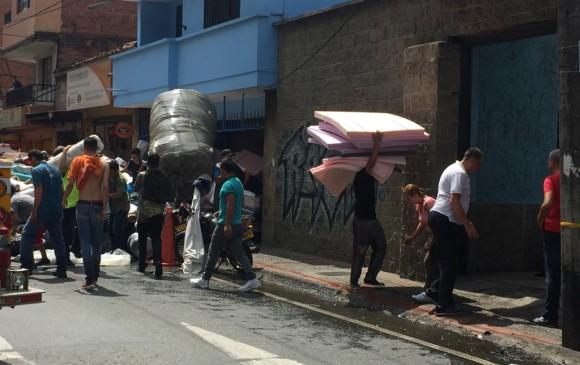 Bomberos controlan incendio en Itagüí y rescatan restos del almacén de telas y espumas. FOTOS EDWIN BUSTAMANTE