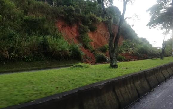 Derrumbe en carretera del país deja varios muertos y carros sepultados — NOTICIAS