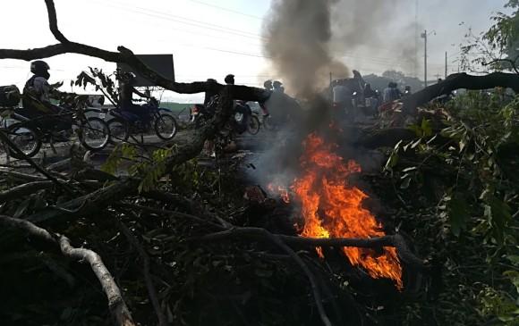 Por pequeños incendios en las vías, chamizos atravesados y escombros, el paso en algunas zonas está restringido a un carril. FOTO MANUEL SALDARRIAGA