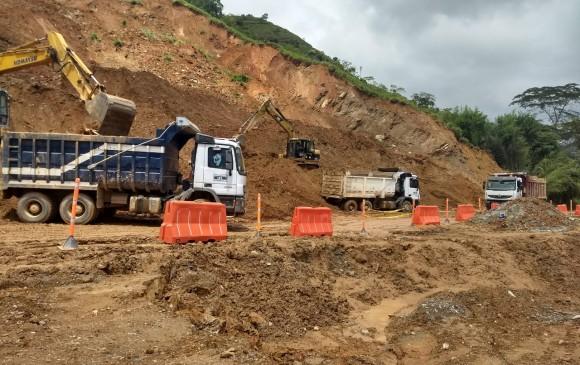 En la vía se adelantan trabajos de remoción de tierra. FOTO CORTESÍA ATC