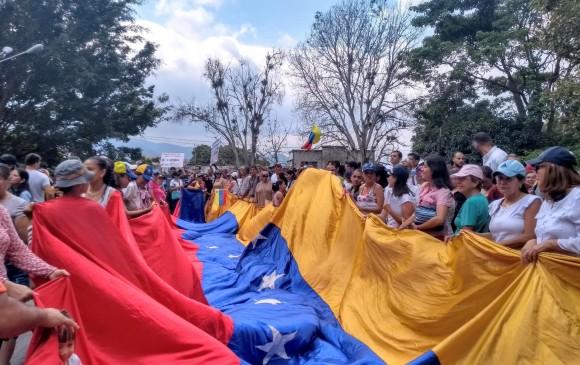 NOTICIAS: Grupo de militares se levanta contra Nicolás Maduro