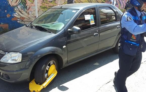 El conductor de este carro lo dejó abandonado en una calle céntrica de Envigado, donde los guardas que realizaban la actividad pedagógica le pusieron el cepo. FOTO Cortesía Movilidad Envigado.