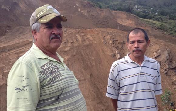 Saulo Gómez y Orlando Ramírez dan la espalda a la montaña que tiene sus casa en la incertidumbre .