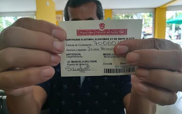 Votante muestra su certificado electoral de este domingo. FOTO MANUEL SALDARRIAGA.