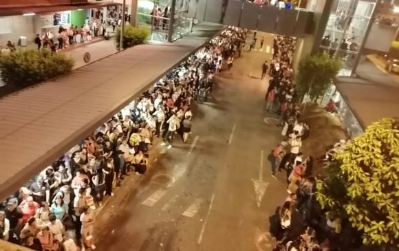 Pasajeros de rutas alimentadoras a la espera de los vehículos. FOTO CORTESÍA GUARDIANES DE ANTIOQUIA