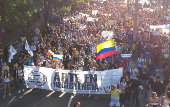 Miles de jóvenes marchan de manera pacífica en la capital antioqueña. FOTO MAURICIO PALACIO
