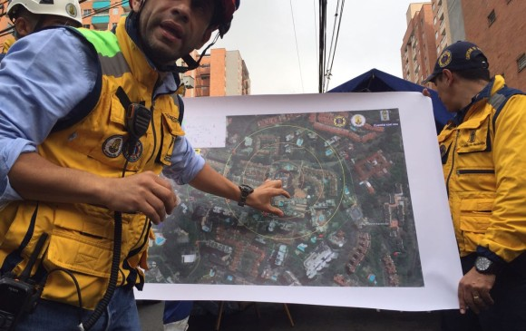 Subdirector del Dagrd explica a los medios cómo será el protocolo y los anillos de seguridad antes del derribamiento. FOTO SANTIAGO MESA