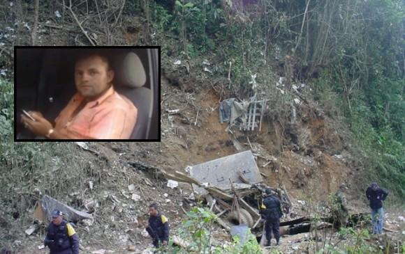 """Así quedó el camión en el que se desplazaban los 10 detectives y seis militares que iban a capturar a """"Megateo"""" (recuadro), en Hacarí, Norte de Santander. FOTOS: CORTESÍAS"""