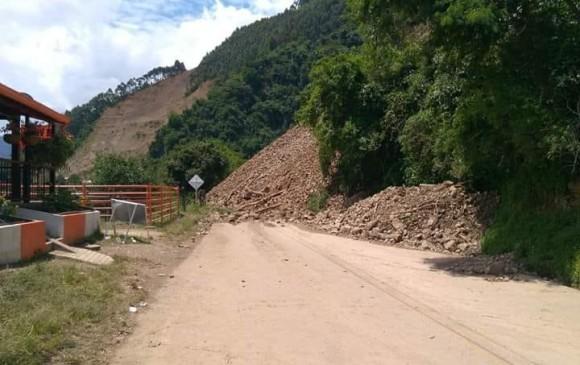 Hasta ayer había paso a un carril en el sector de La Huesera, pero este domingo amaneció la carretera cerrada por el derrumbe. FOTO CORTESÍA