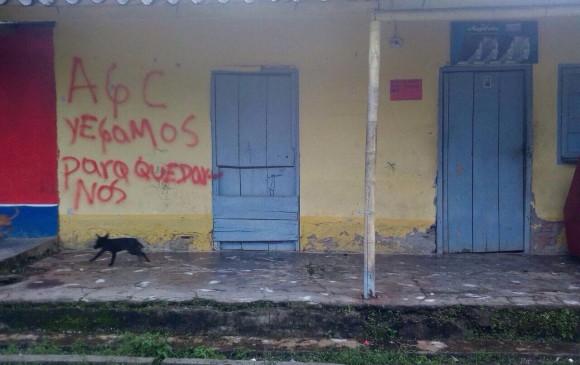 Las Autodefensas Gaitanistas de Colombia pintaron casas en San José de Apartadó. Foto cortesía