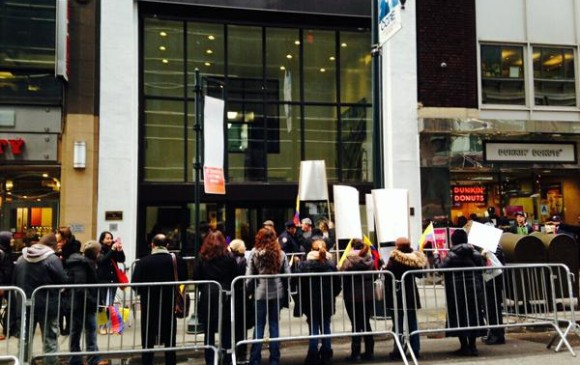 Plantón frente a las instalaciones del consulado de Colombia en New York en protesta por ley que quita la segunda curul a los colombianos del exterior. FOTO CORTESÍA @_JorgeMunoz