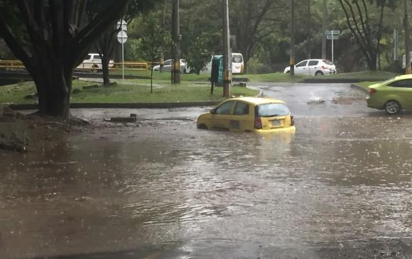 Calles inundadas y daños deja la fuerte tormenta en Medellín
