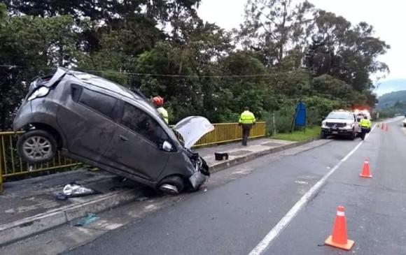 Automóvil saltó el separador y quedó en el otro sentido de la vía, solo se presentaron daños materiales. FOTO: CORTESÍA BOMBEROS ENVIGADO