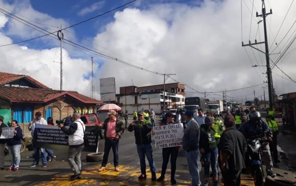 Manifestantes bloquean la vía hacia la costa, en el sector de los Llanos de Cuivá. FOTO CORTESÍA CRISTIÁN CÉSPEDES
