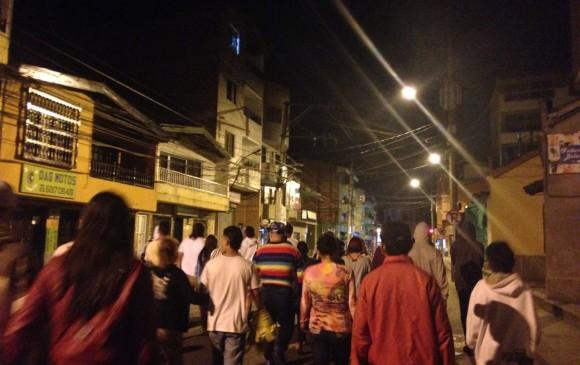 La caminata empezó con escasas 20 personas y hacía la 1 de la mañana, ya eran más de 50 las que recorrían el pueblo junto al animero.