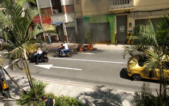 Un presunto caso de fleteo en el Centro de Medellín terminó con una moto en llamas. Foto: Guardianes Antioquia