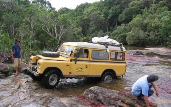 Polémica por excursionistas que atravesaron Caño Cristales en camioneta