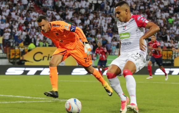 En esta acción de Ray Vanegas se inició el primer gol del Once Caldas en el estadio Palogrande de Manizales. FOTO La Patria