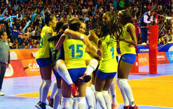 Para no dejar dudas de la superioridad, Colombia le aplicó 3-0 en la final del voleibol a Argentina. FOTO cortesía Juegos Cochabamba