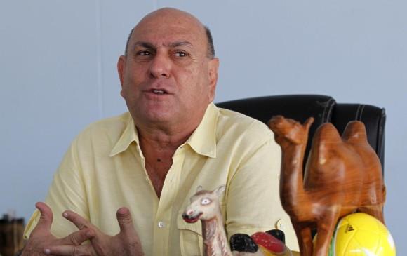 En su despacho, el Alcalde de Caucasia tiene como adornos varios camellos de diversos materiales y tamaños. Es su símbolo preferido. FOTO jaime pérez