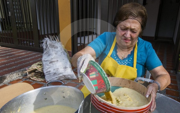 La familia Muñetón acostumbra reunirse el último sábado antes del 24 de diciembre para preparar entre 5 y 6 kilos de maíz para hacer la natilla y repartirla entre su familia y conocidos. FOTOS Julio Herrera y Miguel ángel López