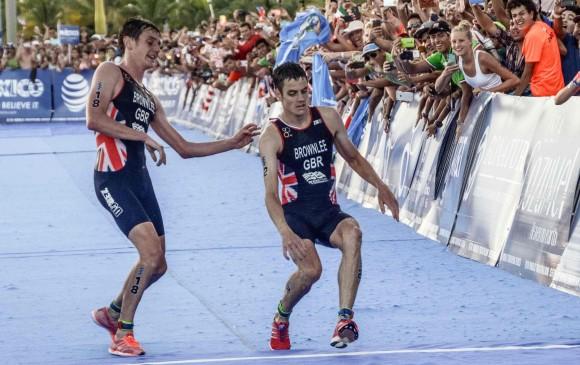 Alistair Brownlee dejó pasar primero a su hermano, Jonathan, en la meta. FOTO AFP