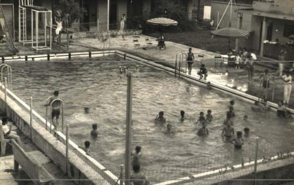 Zona de la piscina en el Hotel Magdalena en la actualidad y en la década de 1950. FOTOS JULIO CÉSAR HERRERA Y CORTESÍA EJÉRCITO
