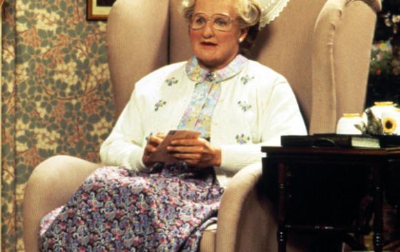 En <i>Señora Doubtfire</i> o <i>Papá por siempre</i> (1993) hace de un papá irresponsable que quiere recuperar a su familia. Para esto, se le ocurre disfrazarse de mujer mayor de 60 años. Esta mujer transforma el hogar de los Hillard. Cortesía: Fotogramas.es