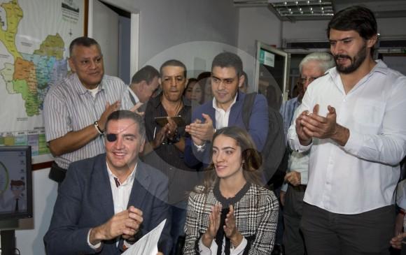 """Mauricio Tobón acudió a la Registraduría con asesores e inscriptores de su movimiento """"Tú Puedes"""". FOTO julio césar herrera"""
