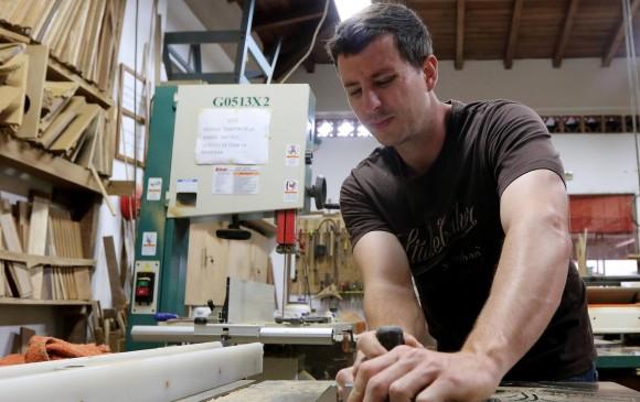 Camilo en su taller, que está en su casa. Solo para la foto, sin tapabocas. FOTO julio césar herrera