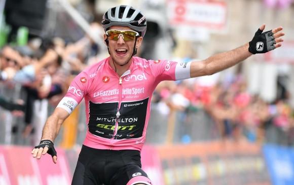 Simon Yates celebra su segunda victoria en el Giro, en la undécima etapa. FOTO EFE