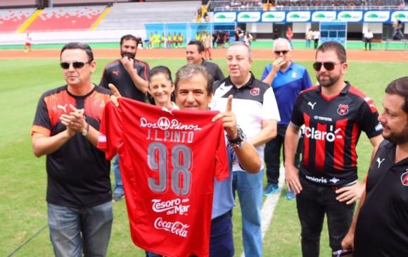 Pinto con la camiseta del Alajuelense. Foto tomada de Twitter @ldacr