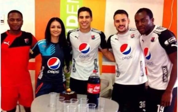 Jugadores del DIM salen tomando Coca Cola cuando su sponsor es Pepsi