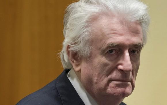 A la izquierda, Dragan Dabic, identidad falsa de Radovan Karadzic (d), jefe serbobosnio condenado ayer. FOTO reuters