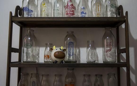 La familia Posada Posada tiene una colección de botellas de vidrio en el barrio Belén Granada (ver recuadro protagonista). FOTO JULIO CÉSAR HERRERA
