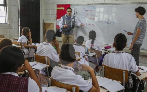 Un profesor enseña inglés en Envigado. En Colombia hace falta estudiar ese idioma de forma prática. FOTO Julio césar herrera