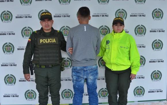 Uno de los hombres capturados tras el operativo en Briceño. FOTO CORTESÍA POLICÍA.