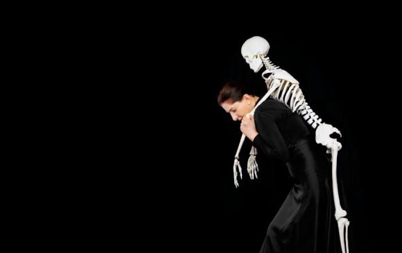 Cargando el esqueleto I, performance de Marina Abramovic, una de las primeras artistas en explorar este arte. FOTO archivo