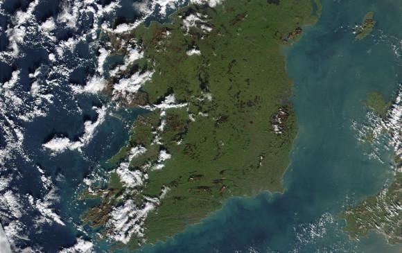 Foto del mar de Irlanda. Se aprecia el verde del fitoplancton. Poco a poco cambiará el color. Foto Nasa
