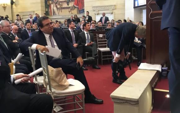 Excéntrico político se baja los pantalones ante el Congreso