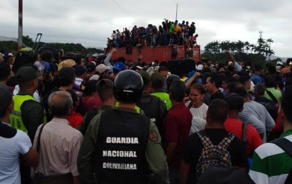 Venezolanos rompen vallas y cruzan a Colombia en el Simón Bolívar
