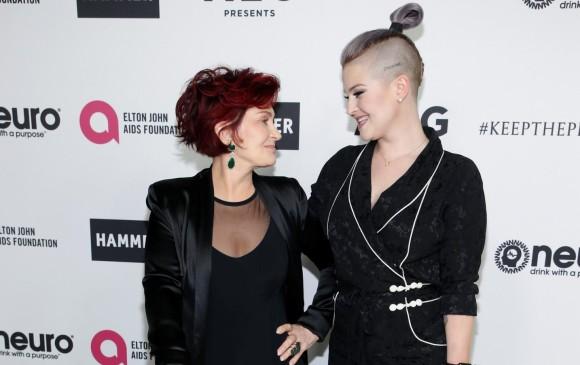 Sharon Osbourne y su hija Kelly Osbourne. FOTO: Reuters/ Danny Moloshok