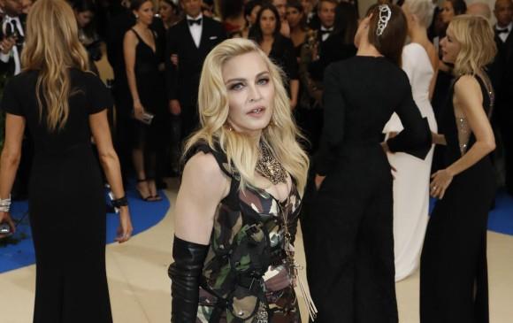 Madonna se arriesgó con un vestido de estampado militar. Foto: Reuters.