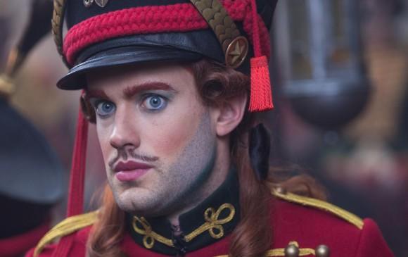 Jack Whitehall es Harlequin. Un buen maquillaje para halloween. FOTO Cortesía Laurie Sparham/Disney Enterprises